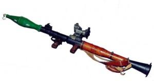 """Най-широко разпространеният РПГ в света е съветският """"РПГ-7"""", разработен след Втората световна война (приет на въоръжение през 1961 г.) и съчетаващ основните особености на американската базука и германския Panzerfaust. Популярността на подобни оръжия кара американската армия да въведе в употреба SMAW, американския еквивалент на RPG. Най-новият модел, РПГ-29, използващ кумулативна бойна глава с тандемен заряд, е способен да пробие експлозивно-реактивна броня. Русия, Китай и много нации от бившия Варшавски договор са разработили бойни глави с термобаричен експлозив, способен да срине сграда. Точността ограничава стандартния РПГ-7 в практически обхват около 50 м, но в умели ръце той може да се увеличи до 150 и дори 300 метра. Има обхват на непряк огън до 920 метра, ограничен от 4,5-секундния таймер за самоунищожение. Когато се използва срещу хора, ракетата може да бъде насочена към твърда повърхност (например дървета или сгради), за да се взриви. Друга възможност е да бъде изстреляна над целта от 800-1000 м, където бойната глава ще се взриви автоматично. Макар да могат да бъдат използвани срещу хеликоптери, РПГ не трябва да бъдат бъркани със специалицираните противовъздушни преносими ракети земя-въздух, като например Stinger или Стрела-2. Освен това, при изстрелване под ъгъл, близък до правия, изгорелите газове се отразяват от земята и са опасни за оператора. В Сомалия, членовете на милицията понякога заварявали стоманена плоскост, която да отклонява газовете при стрелба по американски хеликоптери. ФОТО и Текст: УИКИ"""