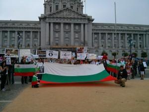 """Над 60 човека до 11:00 часа местно време вече се бяха събрали пред кметството на Сан Франциско, съобщи Албена Трандева, една от организторите на протеста. Част от групата бе облечена в народни носии, много от присъстващите бяха цели семейства с децата си, допълни Трандева. Към протестиращите се включиха и израелски туристи, като един от тях заяви, че """"познава много добре България и историята със спасяването на евреите"""".  ФОТО: Момчил Кюркчиев, www.bulgarica.com All rights reserved."""